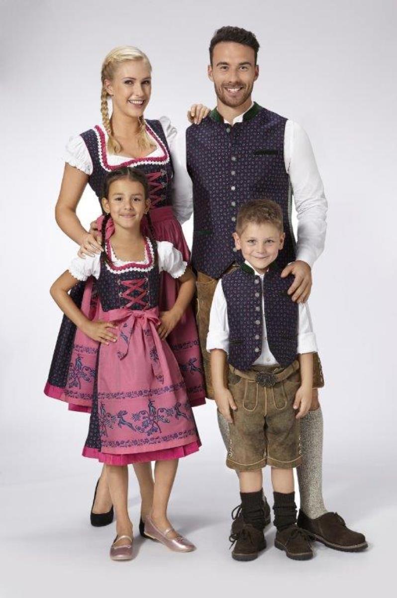Trachtenmode von Almsach für die ganze Familie: Dirndl und Lederhosen mit frischem Design.