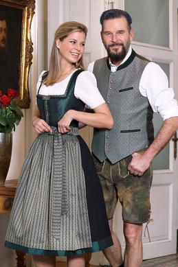 Klassische Trachtenmode von Country Line, Dirndl mit Bluse und Lederhose mit Trachtenweste.