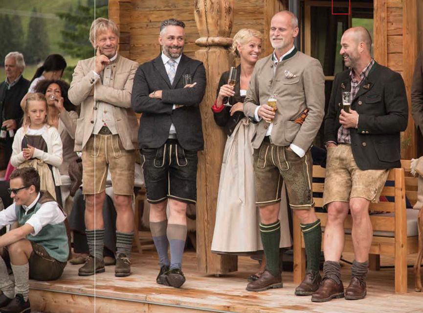 Lederhosen aus sämisch gegerbtem Hirschleder sind die Spezialität von Markus Meindl (2. von rechts).